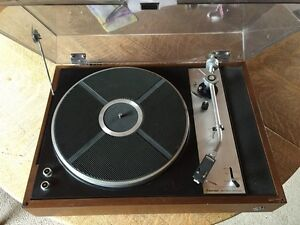 Turn table for record discs