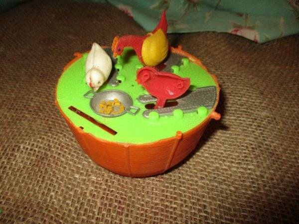 VINTAGE EASTER PLASTIC BANK WITH BOBBING PECKING CHICKENS EATING CORN