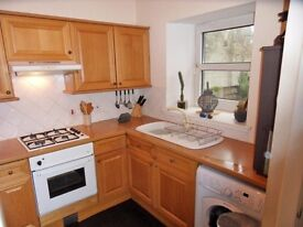 600pcm 3 bed family Town house with private walled garden. Easy Glasgow Commute