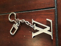 Porte clé Louis Vuitton \ LV initial Key Holder