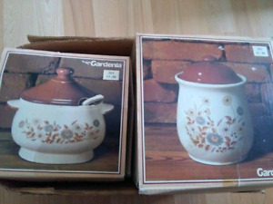 Gravy pot and cookie jar,matching ceremic set