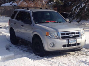 2008 Ford Escape XLT V6 3.0L (AWD) (Snow tires on rims INCLUDED)