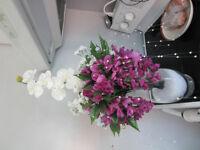 Vase décoratif artisanal avec de belles fleurs réalistes