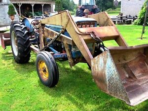 Ford 3000 acreage tractor w/ loader