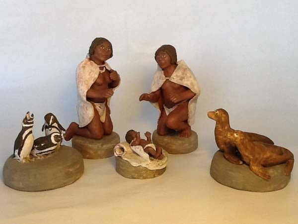 HANDCRAFTED YAMANA HOLY FAMILY & PATAGONIAN FAUNA. ABORIGINAL NATIVITY. 5 PIECES