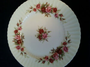 Vaisselle English Rose-Fluted by Royal Standard Dishware