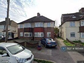 2 bedroom flat in Munster Avenue, Hounslow, TW4 (2 bed) (#1185486)