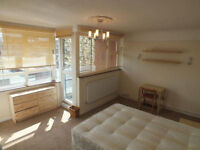 Magnificent Huge Double Room in Modern Flat - Available Now In Limehouse - Couples Welcome
