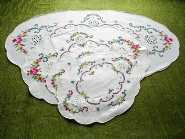 PRETTY TABLE CENTER+3 TRAYS DECORATED WITH HAND EMBROIDERY