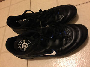 Nike Soccer Cleats for Boys US size 6.5 in great condition
