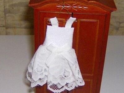 1:12 Kinderkleid, Kommunionskleid 10 cm auf Kleiderhaken für die Puppenstube ()
