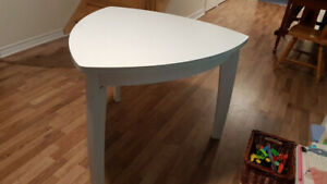 Table triangulaire blanche sans chaise