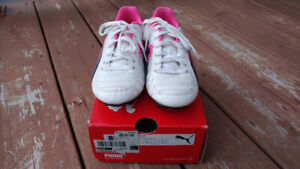 Chaussures, souliers, fille - Souliers soccer gr 1- Puma