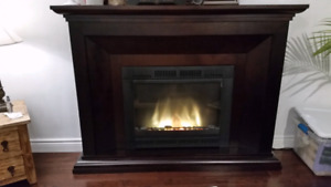 Large Electric Fireplace With Wood Mantel / Foyer électrique.