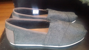 Toms Shoes Mens size 9.5