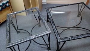 2 tables de salon avec dessus en verre