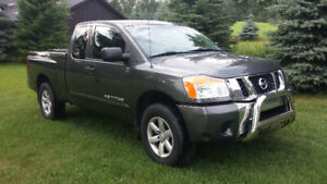 2010 Nissan Titan King Cab 2-4WD Well maintained