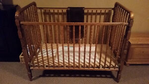 Crib with siderail pads