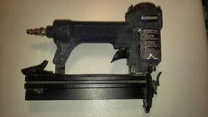 outils à vendre: cloueuse pneumatique et scie ronde électrique
