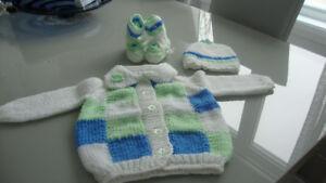 Veste, bonnet et chaussons en laine, tricotés à la main