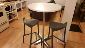 Round table&chairs, desserte, air conditioner