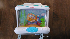 Mobile/veilleuse style aquarium de marque Fisher-price