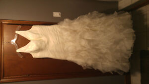 Stunning Ivory Wedding dress.  Size 18, fits like 16.