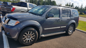 2011 Nissan Pathfinder LE fully loaded