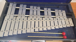 Kosth 32 note Glockenspiel/xylophone with case
