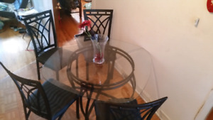 Kitchen table with 4 chaires.