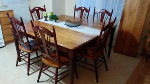 Ensemble Table de cuisine et buffet