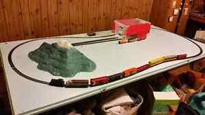 HO scale train and table