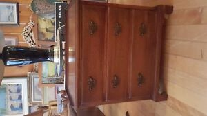 BEAUTIFUL VINTAGE SOLID WOOD NIGHT STAND /END TABLE WITH 3 DRAWE