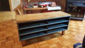table de salon, bois de palettes sur rangement industriel
