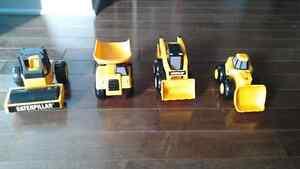 Ensemble de 4 petits tracteurs CAT West Island Greater Montréal image 1