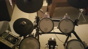 ELECTRONIC ROLAND DRUMS WITH AMP