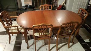 ** SOLID WOOD DINING TABLE w/ 3 LEAVES **