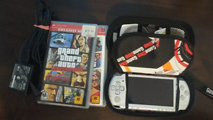 PSP 3001 silver 1GB 4 games and charger