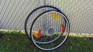 roues avec pneus et chambres a air pour velo de route 700x25c