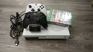 Xbox One S 500gb, 2 controllers, charging dock + two game bundle