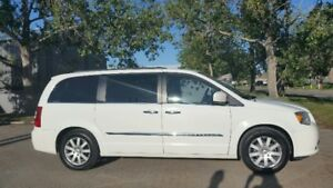 BEAUTIFUL 2011 TOWN & COUNTRY CHRYSLER VAN FOR SALE!
