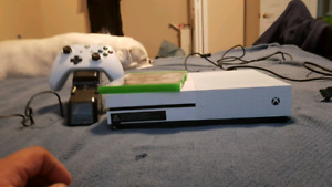 XBOX One with 1 game and charging dock