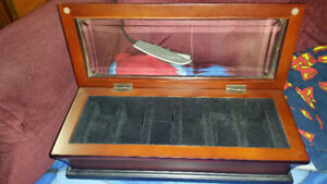 LIKE NEW Watch Box -- Can hold up to 6 Watches