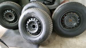 4 pneus Hiver Firestone Winterforce 225/75R16 sur Rim 5x127