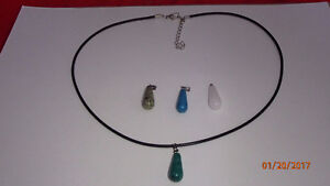 Rubber chain natural stones/collier en caoutchouc vrai pierres
