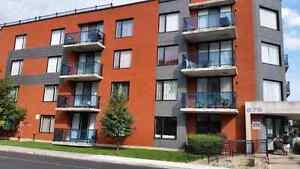 **Sunny 2-BR condo in Ville Saint Laurent - 1 min from metro!**