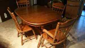 Solid oak  dining table with 6 chairs Kitchener / Waterloo Kitchener Area image 1