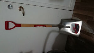 Snow shovel Troy Bilt perfect condition