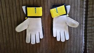 Size 4 youth soccer goalie gloves Diadora