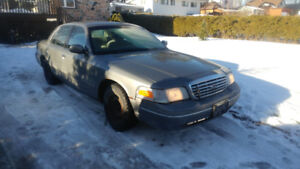 2000 Ford Crown Victoria, LOW KM!!